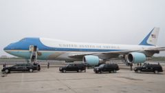 PHOTO: The presidential motorcade waits alongside Air Force One at John F. Kennedy International Airport in New York, Thursday, May 15, 2014.