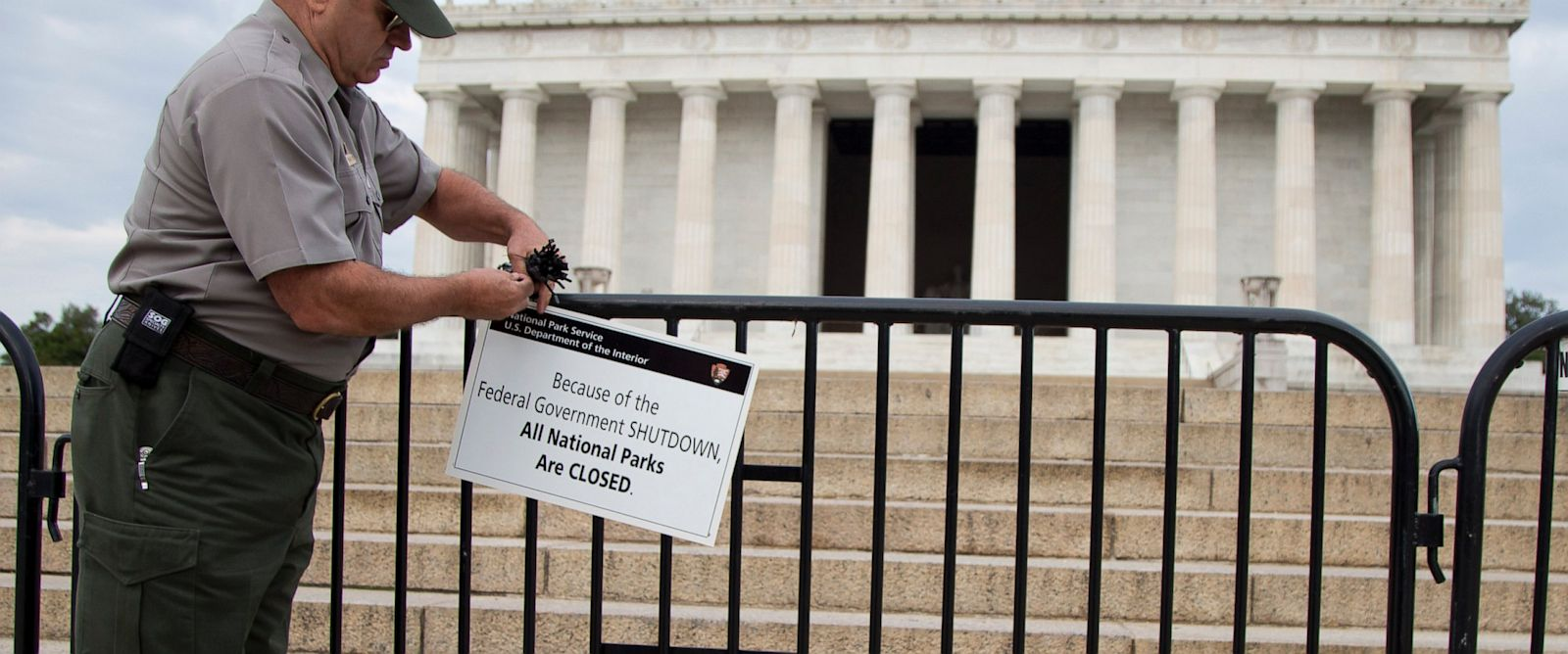 PHOTO: A National Park Service employee posts a sign on a barricade to close access to the Lincoln Memorial in Washington, Oct. 1, 2013.