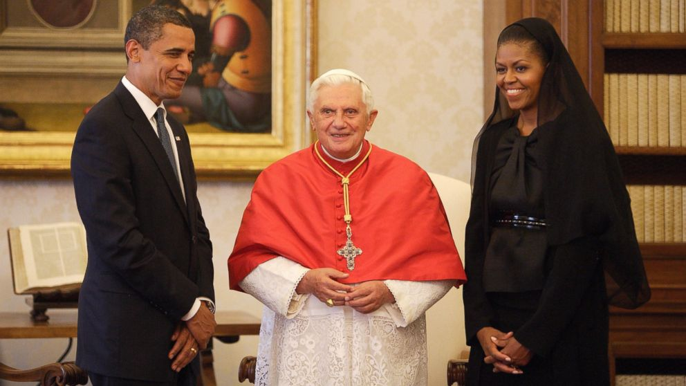 PHOTO: US President Barack Obama (L) and First Lady Michelle Obama meet with Pope Benedict XVI in his library at the Vatican, July 10, 2009 in Vatican City, Vatican.