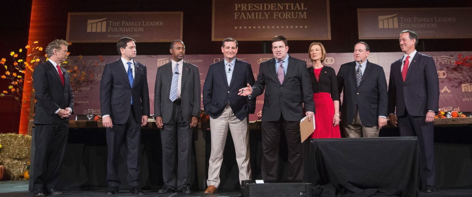 PHOTO: Moderator Frank Luntz introduces Republican presidential candidates at the Presidential Family forum, Nov. 20, 2015 in Des Moines, Iowa.