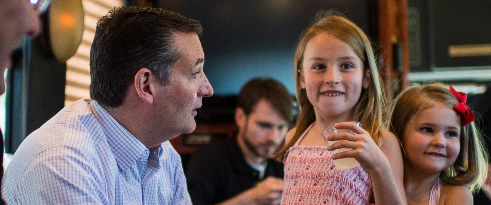 PHOTO: Sen. Ted Cruz (R-TX) spends a few moments with his daughters Caroline, center, and Catherine, right, before the start of the Cruz bus tour rally on Aug. 8, 2015.