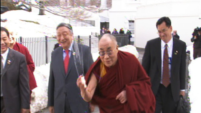 Video of the Dalai Lama at the White House, throws show.
