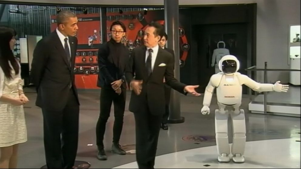 VIDEO: Hondas ASIMO robot and Obama exchanged soccer skills during a presidential visit to Tokyo.