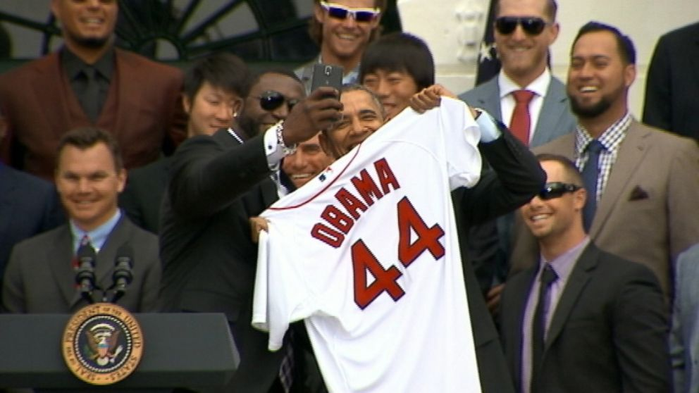 VIDEO: David Ortiz snapped a photo with the president during White House ceremony.