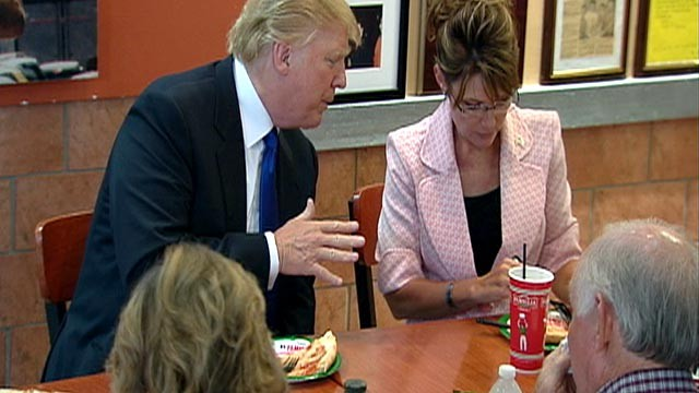 PHOTO: Donald Trump and Sarah Palin talk shop over pizza on May 31, 2011 in New York City.