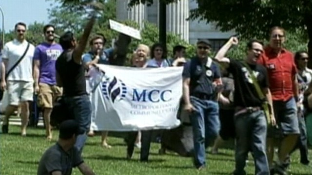 VIDEO: Opponents and supporters flock to New York capitol.