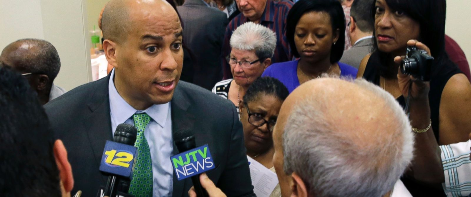 PHOTO: Senator Cory Booker, left, D-N.J., answers to a question at a gathering in Union, N.J., July 27, 2015.