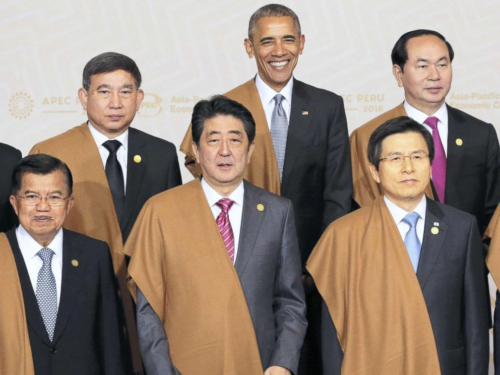 PHOTO: Japanese Prime Minister Shinzo Abe(front,C), U.S. President Barack Obama(rear,C), pose with participant summit leaders after a photo session of the Asia-Pacific Economic Cooperation (APEC) meeting in Lima, Peru on Nov.20,2016.