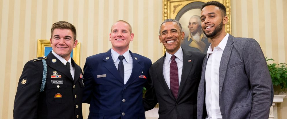 PHOTO: President Barack Obama poses for a photograph with Oregon National Guardsman, from left, Alek Skarlatos Air Force Airman 1st Class Spencer Stone, and Anthony Sadler, in the Oval Office of the White House in Washington, Sept. 17, 2015.