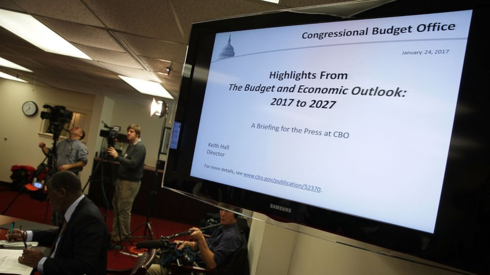 PHOTO: Members of the press cover a Congressional Budget Office (CBO) media briefing, Jan. 24, 2017 in Washington, D.C.