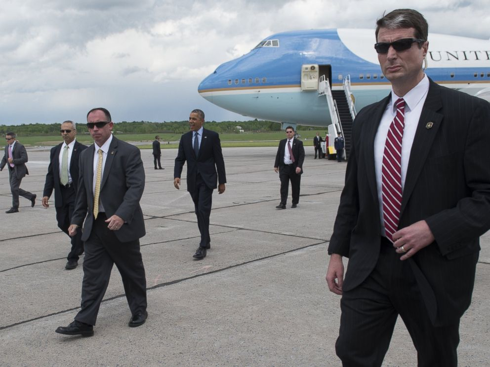 PHOTO: President Barack Obama, surrounded by US Secret Service agents, walks to greet guests after arriving on Air Force One at Griffiss International Airport in Rome, New York on May 22, 2014.