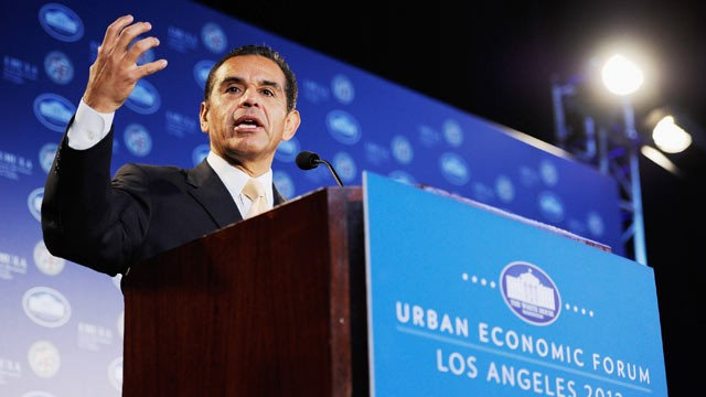 PHOTO: Los Angeles Mayor Antonio Villaraigosa speaks during a Urban Economic Forum at Loyola Marymount University, March 22, 2012 in Los Angeles, California.