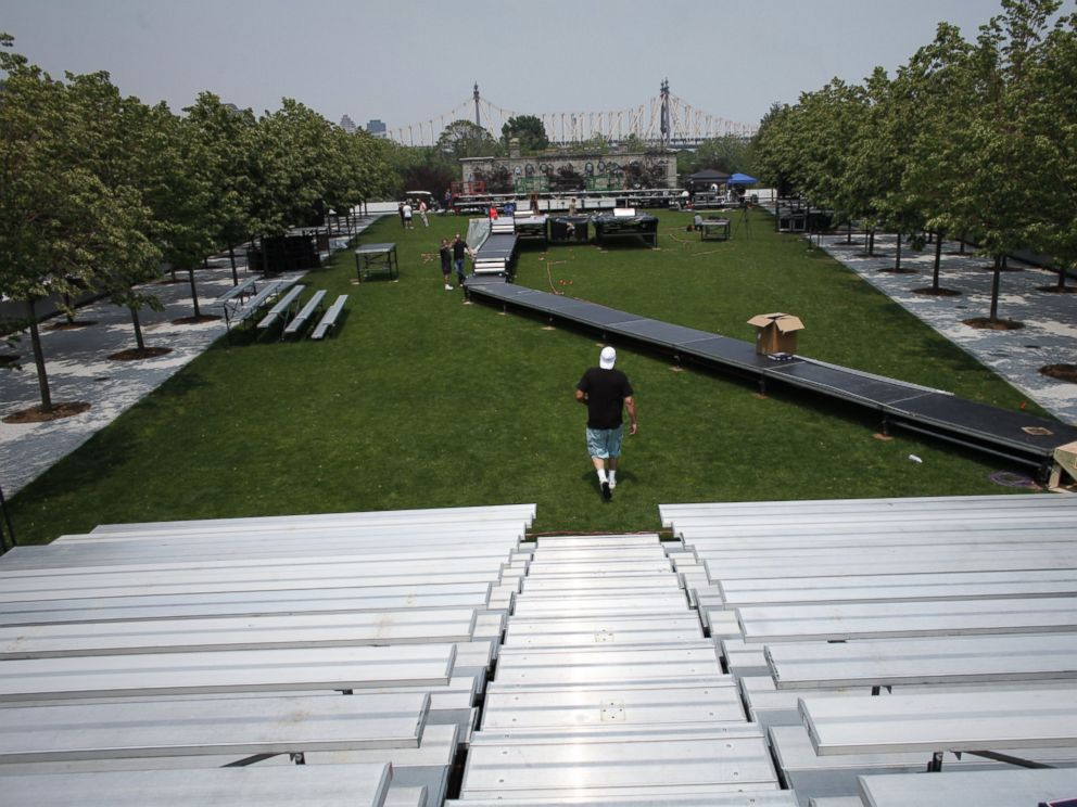 PHOTO: Workers from Elite Productions work on the preparations for Hillary Clintons presidential campaign launch in Roosevelt Island in New York on June 12, 2015.
