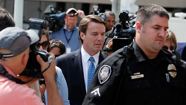 PHOTO: John Edwards, center, and his daughter Cate Edwards walk around the federal courthouse during jury deliberations in Greensboro, N.C.