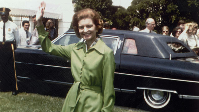 PHOTO: First Lady Betty Ford, wife of Gerald R Ford, the 38th President of the United States, waves to photographers from the lawn of the White House, Washington, D.C circa 1975.