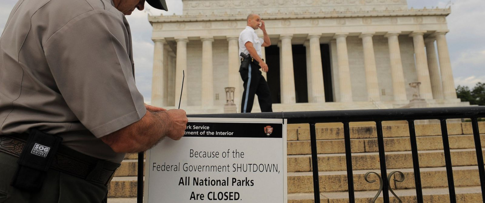 PHOTO: Richard Trott of the National Park Service puts up a sign announcing the closure of the Lincoln Memorial due to the government shutdown on Oct. 1, 2013 in Washington, DC.