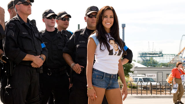 PHOTO: Amber Lee Ettinger aka Obama Girl poses with Lakewood, Colo., police officers outside of the Pepsi Center in Denver during the 2008 Democratic National Convention, Aug. 2