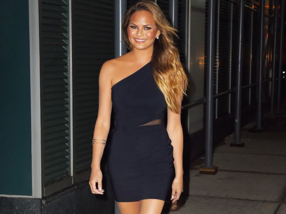 PHOTO: Chrissy Teigen arrives at Watch What Happens Live studios in Soho on APRIL 20, 2015 in New York.