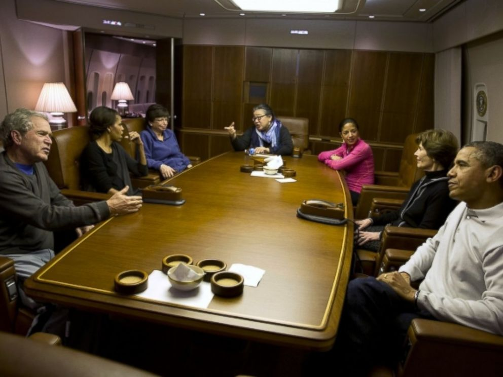 PHOTO: President Obama and President Bush talk as they get ready to have dinner aboard Air Force One with their wives and Valerie Jarrett, Tina Tchen and Susan Rice.