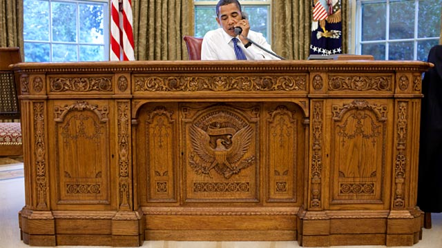 PHOTO: Barack Obama behind Resolute Desk