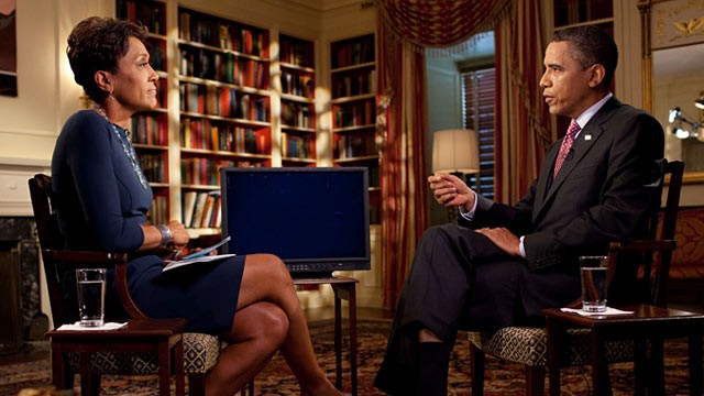 PHOTO: Pres. Obama speaks with Robin Roberts