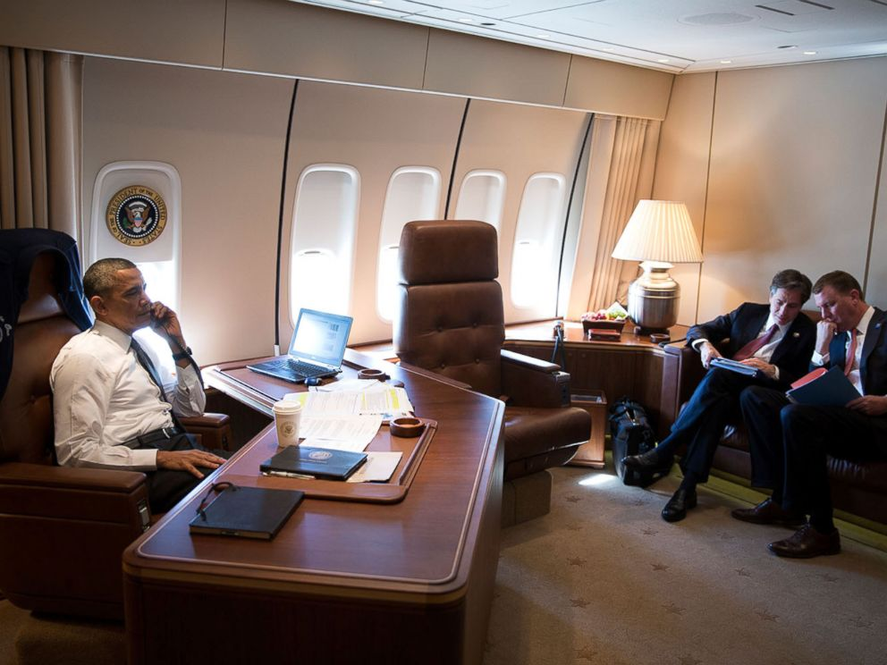 PHOTO: President Barack Obama talks on the phone with Israeli Prime Minister Benjamin Netanyahu aboard Air Force One en route to New Orleans, La., Nov. 8, 2013.