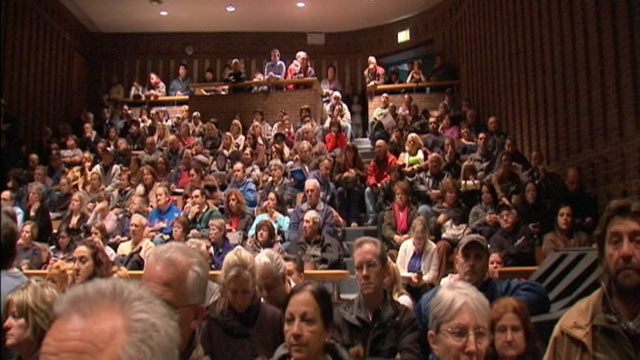 PHOTO: Citizens of Staten Island attend a town hall meeting on the Sandy aftermath on November 29, 2012.