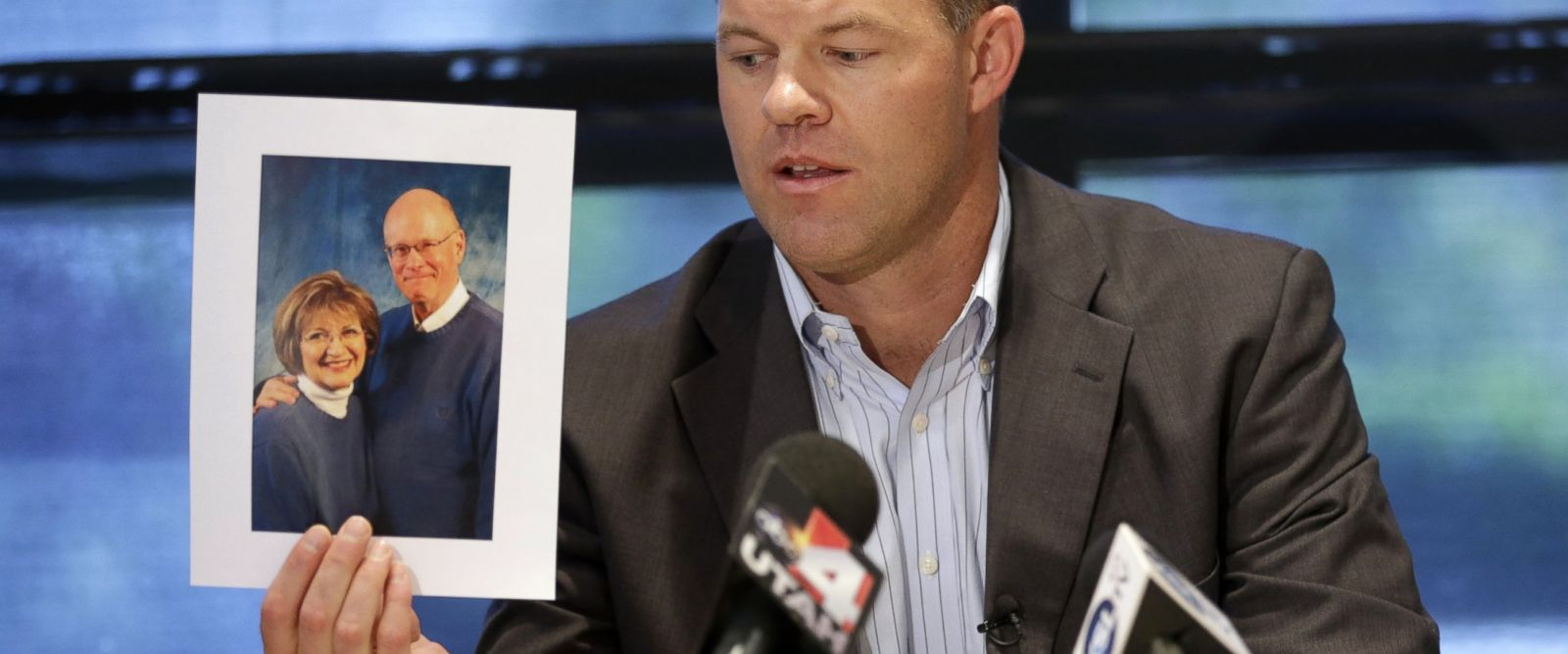 PHOTO: Attorney Paxton Guymon holds a photograph of Jim and Jan Harding during a news conference in Salt Lake City, Aug. 14, 2014.