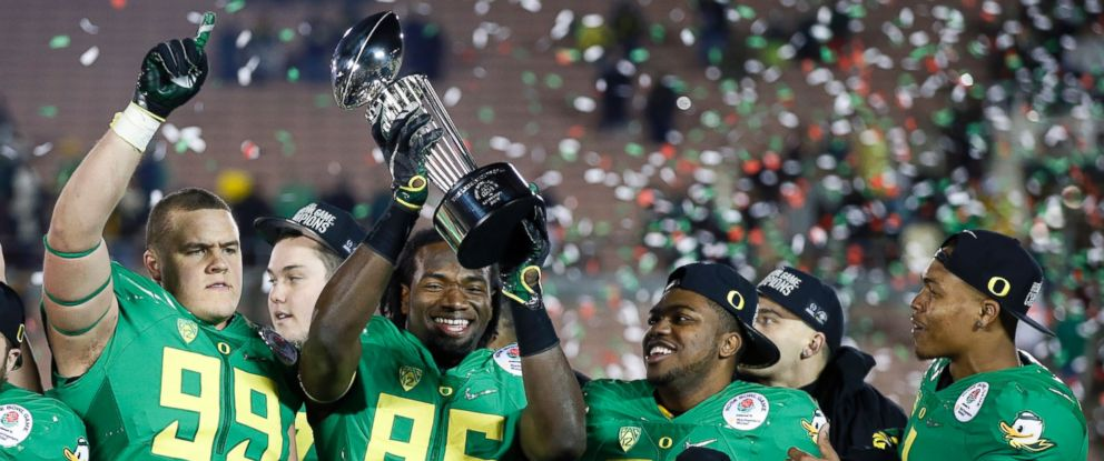 PHOTO: Oregon players celebrate their win over Florida State at the Rose Bowl NCAA college football playoff semifinal, Jan. 1, 2015, in Pasadena, Calif.