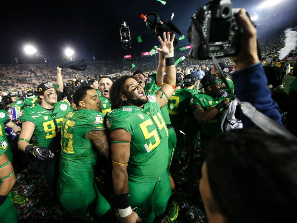 PHOTO: Oregon celebrates after a 59-20 win over Florida State in the Rose Bowl NCAA college football playoff semifinal, Jan. 1, 2015, in Pasadena, Calif.