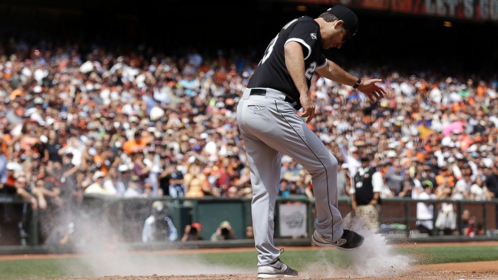 PHOTO: Chicago White Sox manager Robin Ventura kicks dirt over the plate after being ejected during a baseball game against the San Francisco Giants in San Francisco, Aug. 13, 2014.