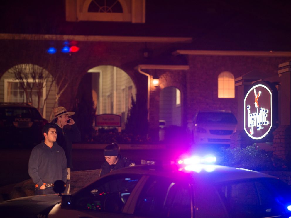 PHOTO: Auburn Police investigate a shooting at the Tiger Lodge apartments in Auburn, Ala., early Sunday morning, Dec. 14, 2014.