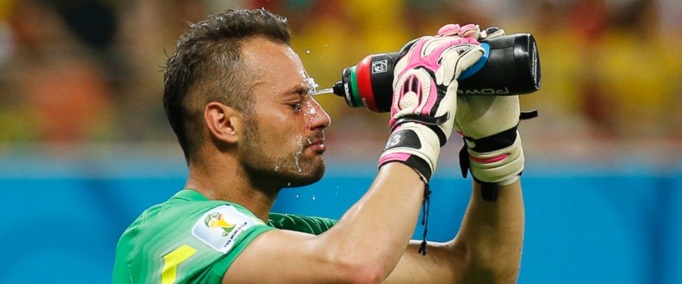 PHOTO: Portugals goalkeeper Beto takes a water break during the 2014 World Cup G soccer match between Portugal and the U.S. at the Amazonia arena in Manaus June 22, 2014.