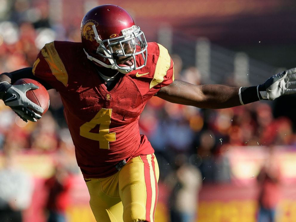 PHOTO: Runningback Joe McKnight #4 of the USC Trojans carries the ball against the UCLA Bruins during the college football game at the Los Angeles Memorial Coliseum, Dec. 1, 2007 in Los Angeles.