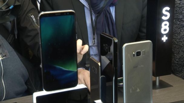 VIDEO:  Samsung unveils Galaxy S8 smartphone