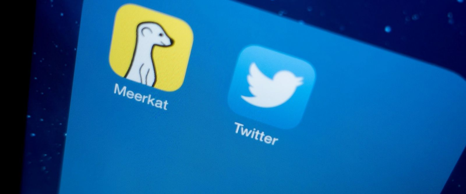 PHOTO: The icons of the live-streaming app Meerkat, left, and Twitter, right, can be seen on a smartphone on March 13, 2015.