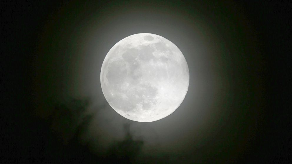 PHOTO: The moon rises Saturday, July 12, 2014 over metropolitan Manila in the Philippines in one of the three Supermoon occurrences for this year.