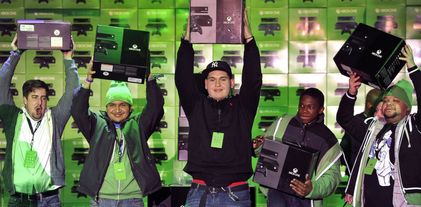 PHOTO: The first fans in the U.S. get their hands on Xbox One at Best Buy in New York on Nov. 22, 2013.