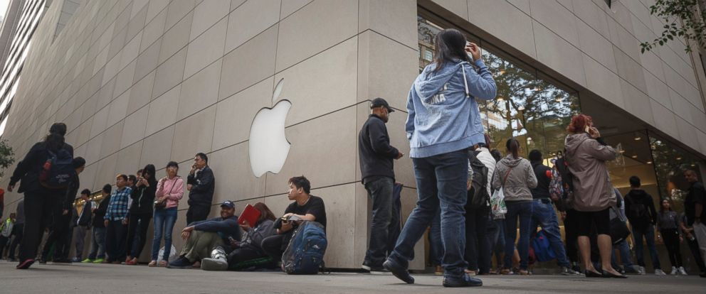 PHOTO: Customers wait in line at the Apple store to buy the new iPhone 6s on September 25, 2015 in Chicago, Illinois.