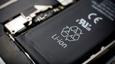 PHOTO: A lithium-ion battery sits inside a smartphone sold as an Apple Inc. iPhone 4S in an arranged photograph in Hong Kong, Jan. 11, 2014.