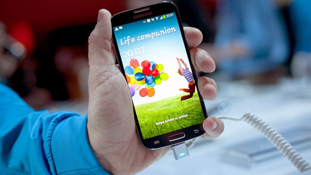 PHOTO: A Samsung employee displays the Samsung Galaxy S IV for a photo, March 14, 2013, in New York City.
