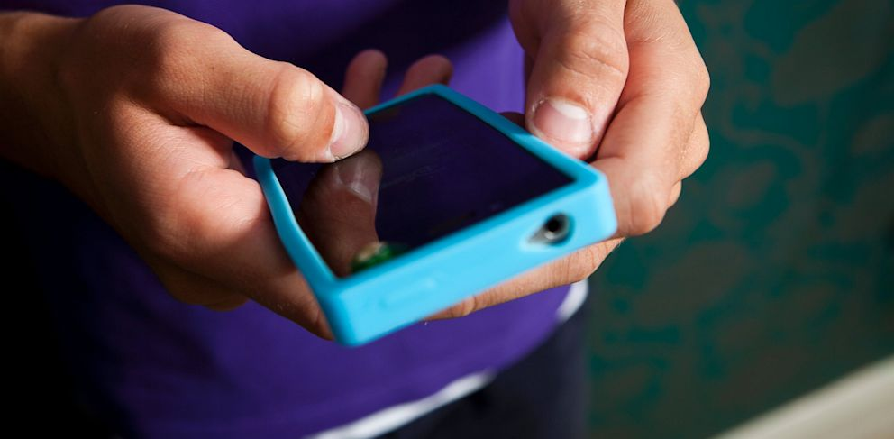 PHOTO: cell phone, iphone, text message, texting, SIM