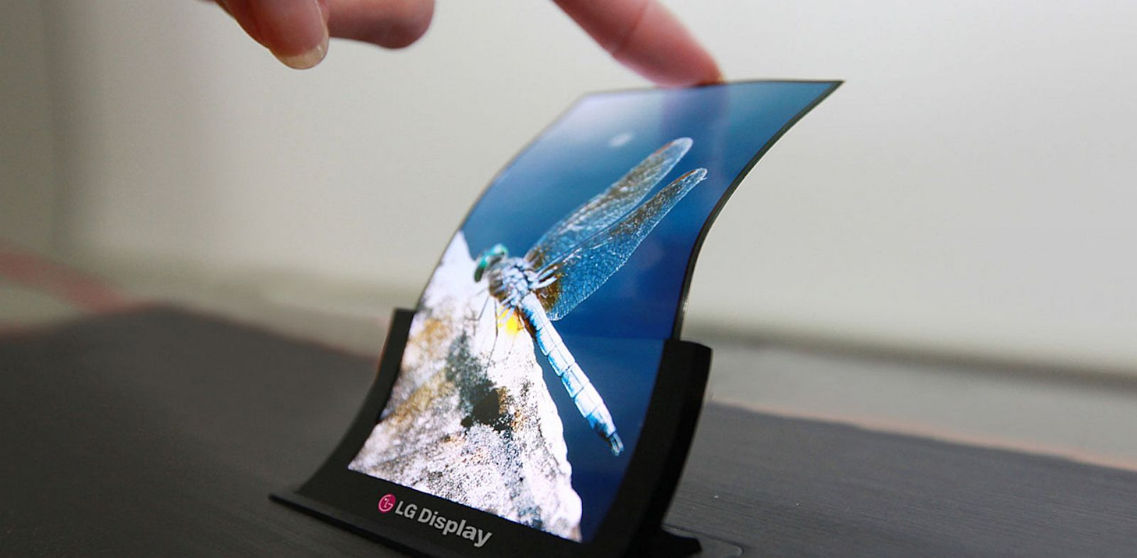 PHOTO: LG has started to mass produce of the worlds first flexible OLED panel for smartphones.
