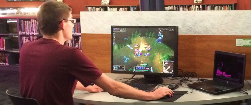 PHOTO: A student plays League of Legends.