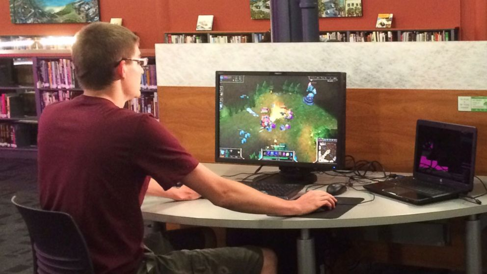 PHOTO: A student plays League