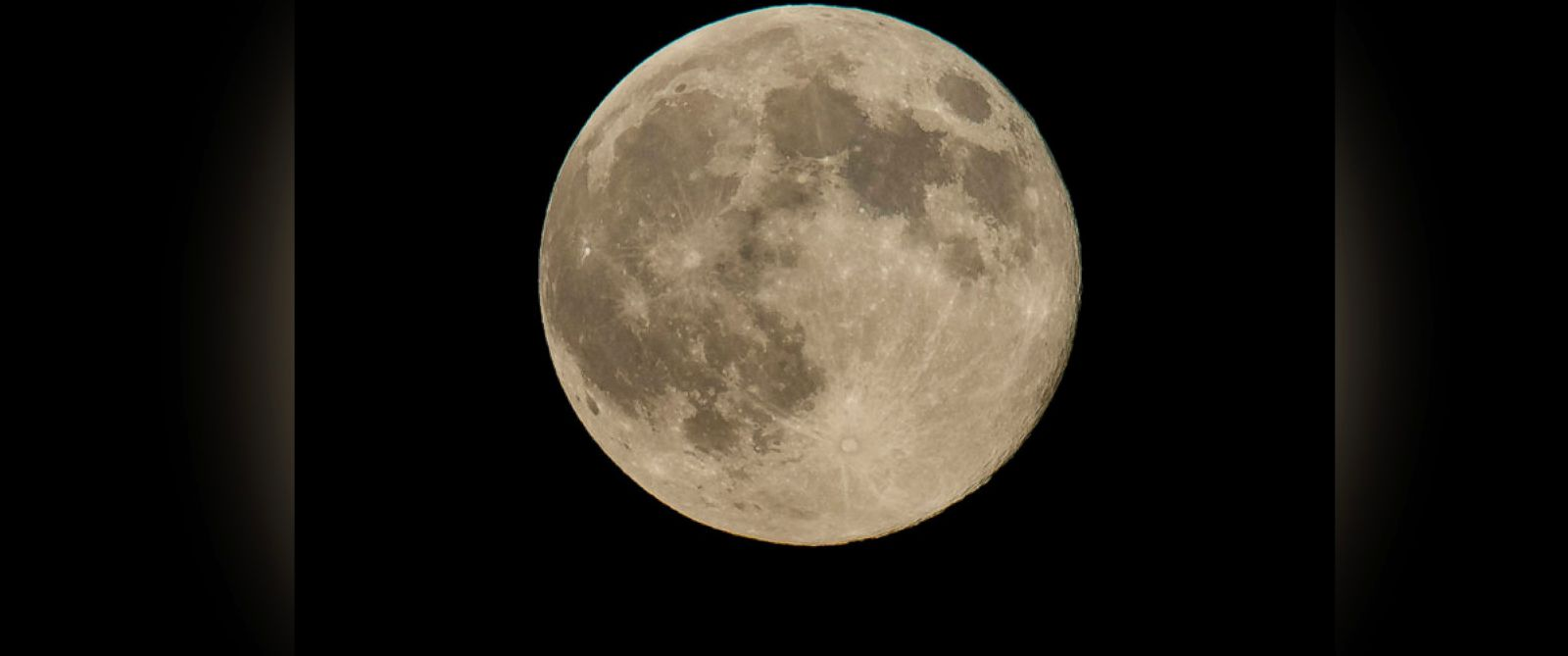 "PHOTO: A perigee full moon or ""supermoon"" is seen on Aug. 10, 2014, in Washington."