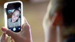 PHOTO: A girl uses the LuMee smartphone case to take a selfie.