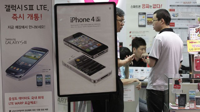 PHOTO:Banners advertising Samsung Electronics' Galaxy S III, left, and Apple's iPhone 4S are displayed at a mobile phone shop in Seoul, South Korea, Friday, Aug. 24, 2012.