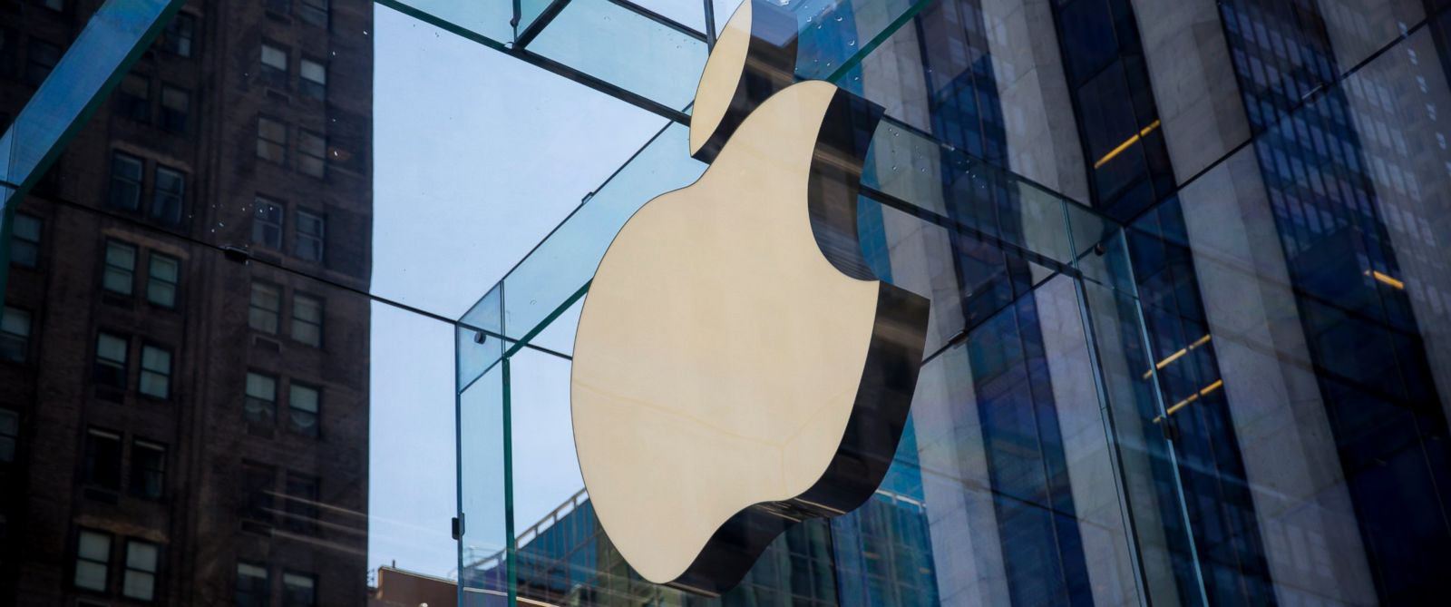PHOTO: The Apple logo is displayed at the Apple Store, June 17, 2015, on Fifth Avenue in New York City.