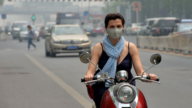PHOTO: A foreign resident wears a mask as air pollution shrouds Beijing, May 6, 2013.